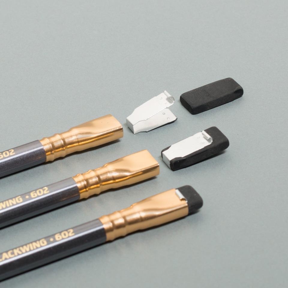 grauer Blackwing Bleistift von Palomino mit Radiergummi im Detail