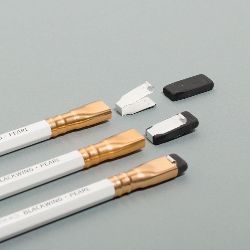 weißer Blackwing Bleistift von Palomino mit Radiergummi im Detail